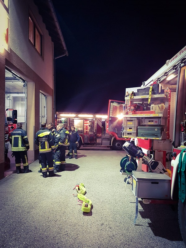 You are browsing images from the article: Übung im Feuerwehrhaus Küb