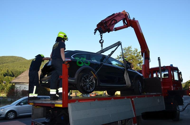 You are browsing images from the article: Technischer Einsatz: Hirschwang B27, PKW-Bergung nach Verkehrsunfall