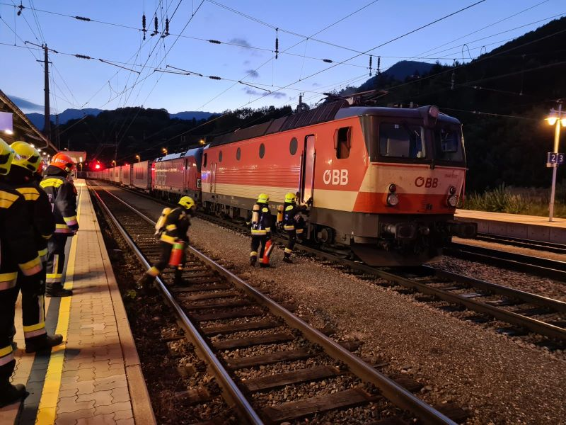 You are browsing images from the article: E-Lok Brand am Bahnhof Payerbach