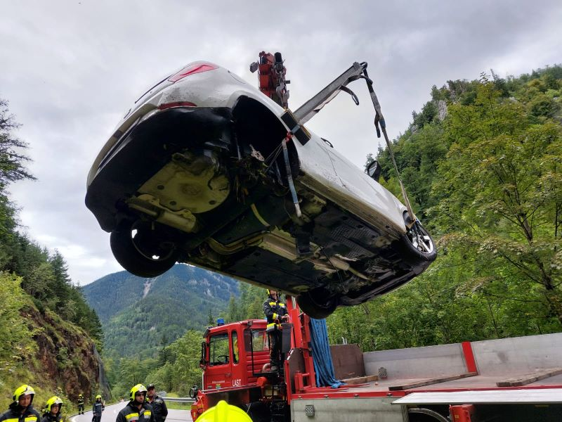 You are browsing images from the article: PKW-Bergung B 27 Höllental
